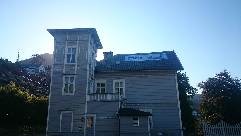 Banner på taket hos Bergen Døvesenter-2