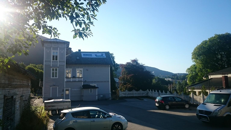 Banner på taket hos Bergen Døvesenter